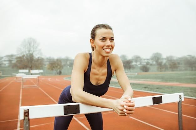 Athlète au repos après l'entraînement sur la piste de course
