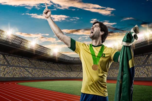 Athlète brésilien gagner une médaille d'or sur un stade d'athlétisme.