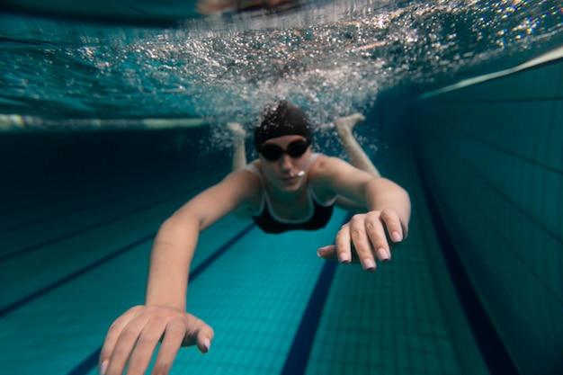 Athlète complet nageant sous l'eau