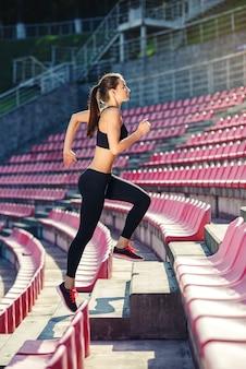 Athlète coureur courir dans les escaliers