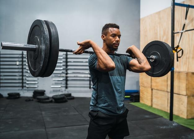 Athlète crossfit, faire de l'exercice avec une barre.