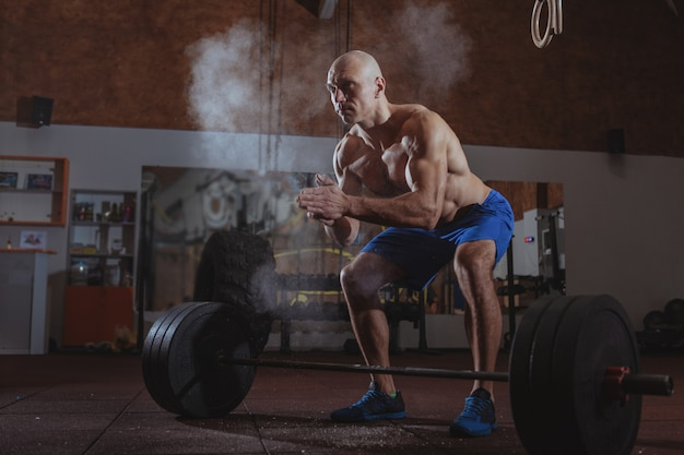 Athlète crossfit masculin fort, exercice avec haltères
