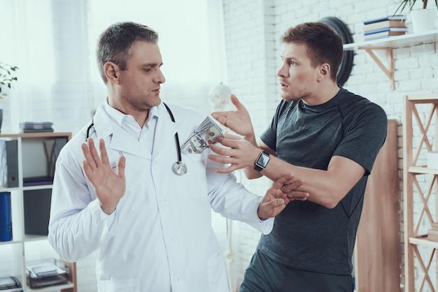 Un athlète donne de l'argent à des médecins un homme refuse
