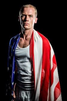 Athlète avec drapeau américain enroulé autour de son corps