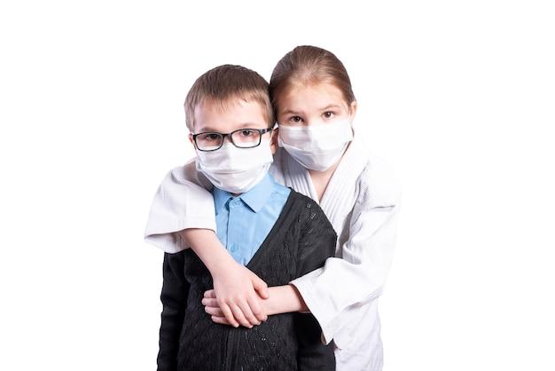 Une athlète embrasse un écolier, portant des masques. isolé sur fond blanc. photo de haute qualité