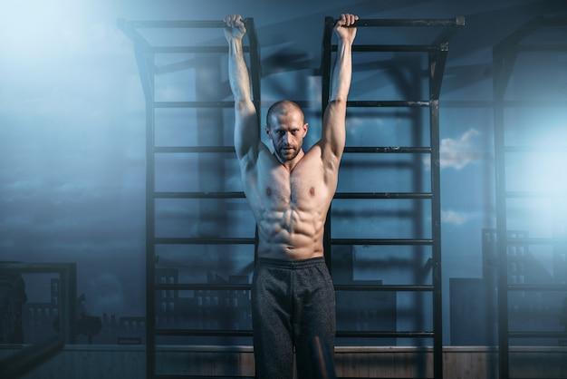 Athlète avec entraînement du corps musclé sur la barre