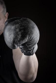 Athlète est debout dans un rack de boxe