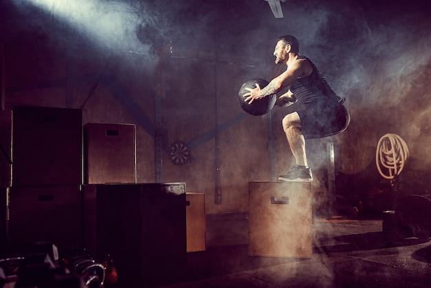 L'athlète a fait de l'exercice. sauter sur la boîte. touchdown de phase.