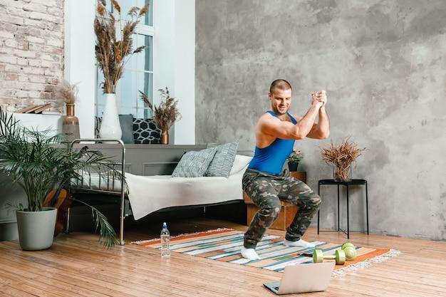 L'athlète fait squat