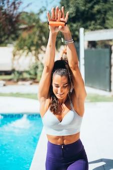 Athlète féminine avec des bandes d'étirement.