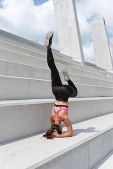 Athlète féminine exerçant à l'extérieur