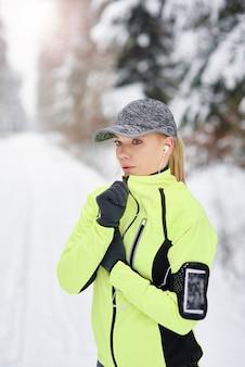 Athlète féminine fatiguée prenant une courte pause