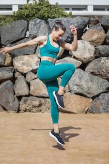 Athlète féminine heureuse sautant sur place