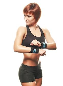 Athlète féminine jeune rousse portant des bretelles. fond blanc, isolé, tourné en studio