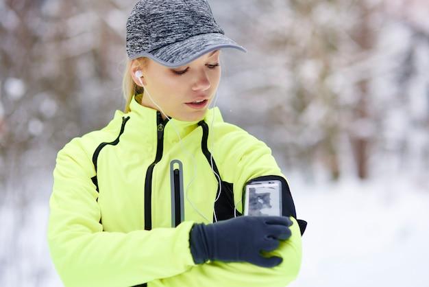 Athlète féminine vérifiant le nombre de calories qu'elle a brûlées