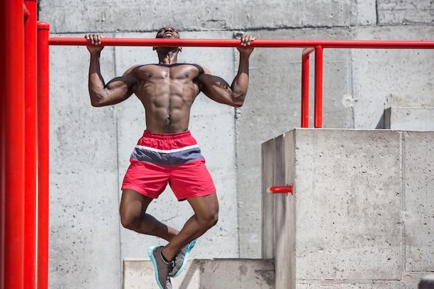 L'athlète en forme faisant des exercices au stade.