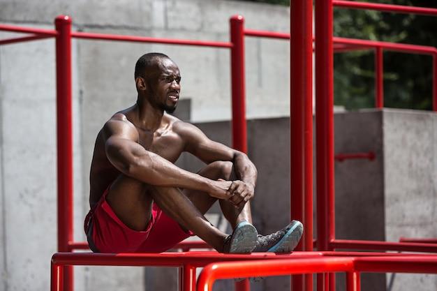 L'athlète en forme faisant des exercices au stade