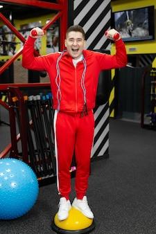 Athlète de gars de fitness-sports amusant. formation, concept de mode de vie de motivation sportive.