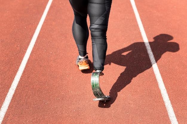 Athlète en gros plan avec une prothèse en cours d'exécution