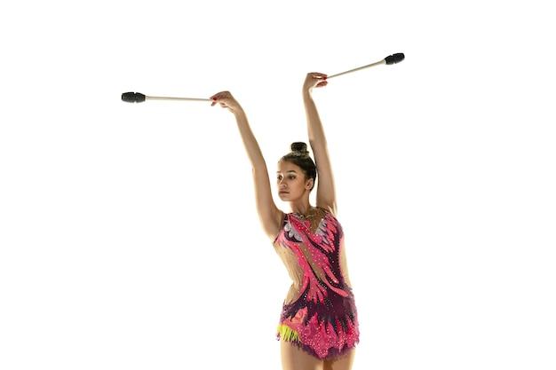 Athlète de gymnastique rythmique pratiquant avec l'équipement