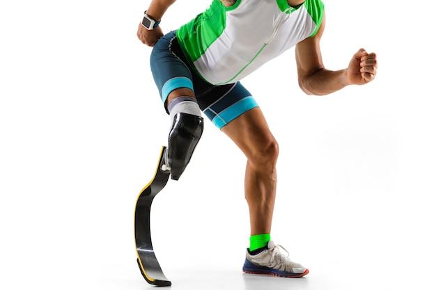 Athlète handicapé ou amputé isolé sur fond de studio blanc.