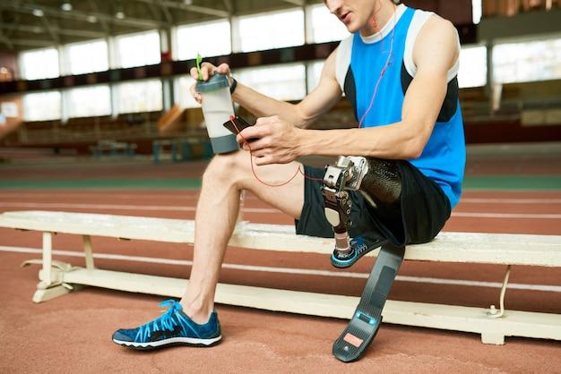 Athlète handicapé faisant une pause
