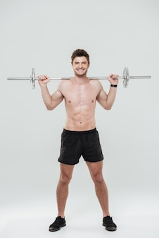 Athlète jeune homme en bonne santé, faire des exercices avec haltères