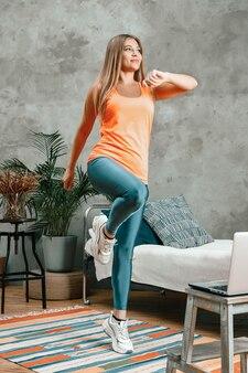 L'athlète lève les jambes hautes