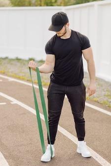 Athlète masculin faisant de la formation de remise en forme. entraînement en dehors de la salle de gym.