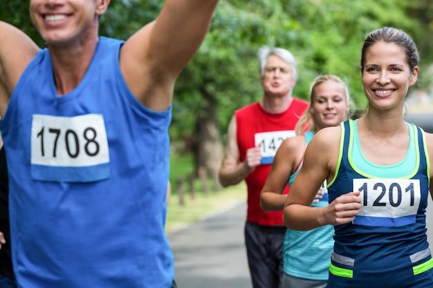 Athlète masculin marathon franchissant la ligne d'arrivée
