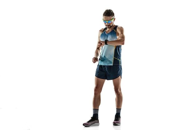 Athlète masculin de triathlon fonctionnant d'isolement sur le blanc