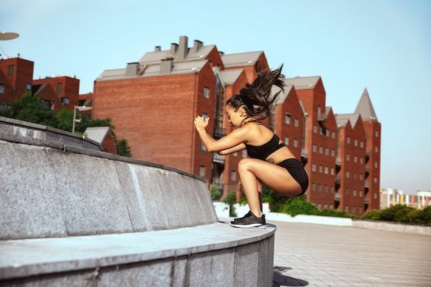 Un athlète musclé faisant de l & # 39; entraînement au parc