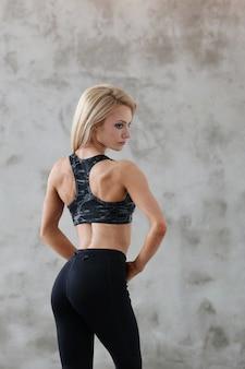 Athlète musclé femme posant