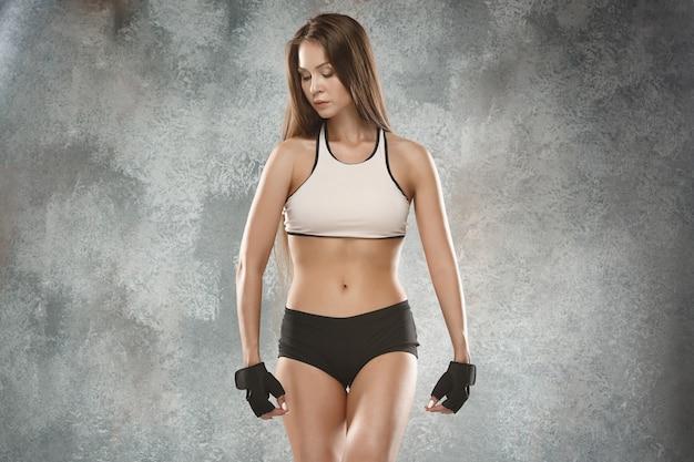 Athlète musclé de jeune femme posant