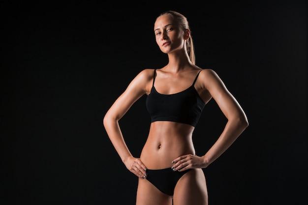 Athlète musclé jeune femme