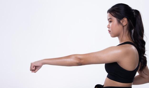 Athlète national de karaté taekwondo coup de poing isolé
