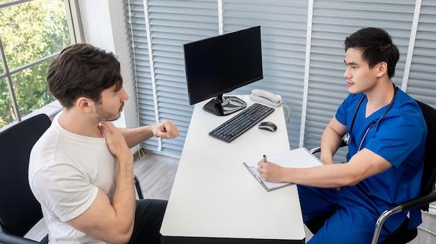 Athlète patient ayant un examen médical avec un médecin