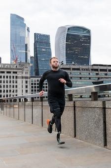 Athlète plein de coups courant avec une jambe prothétique