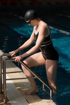Athlète plein de coups sortant de la piscine