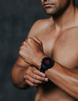 Athlète portant une smartwatch dans la salle de sport
