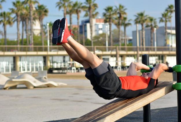 Athlète pratiquant des exercices de callisthénie