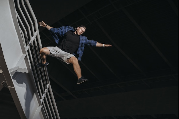 Athlète pratiquant le freerunning faisant un grand saut effrayant. parkour comme style de vie