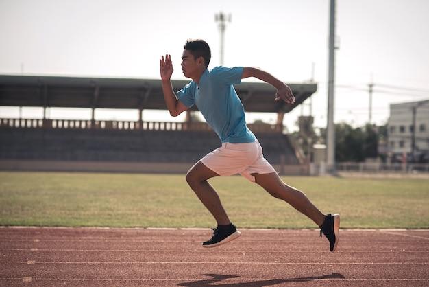 Athlète qui court seul sur une piste de course toutes saisons