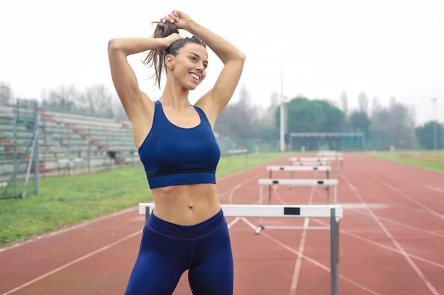 Athlète s'apprête à s'entraîner sur le terrain de sport