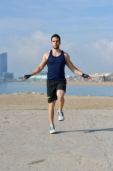 Athlète sautant à la corde en ville