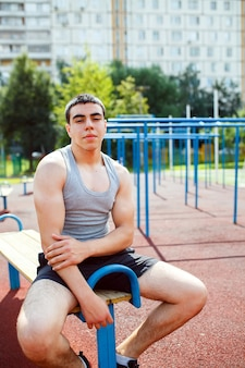 Athlète se détendre sur le banc