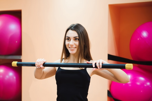 Athlète séduisante jeune femme faire de l'exercice au gymnase.