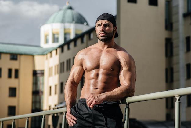 Athlète sexy pose seins nus. l'europe .