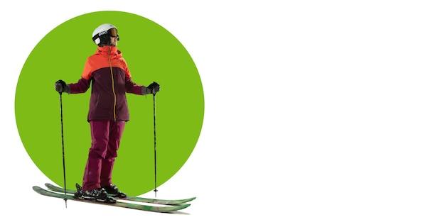 Athlète de ski professionnel posant. entraînement de sportive sur fond blanc, flyer pour votre annonce. concept de compétition, sport, mode de vie sain, action, mouvement et mouvement. conception géométrique.