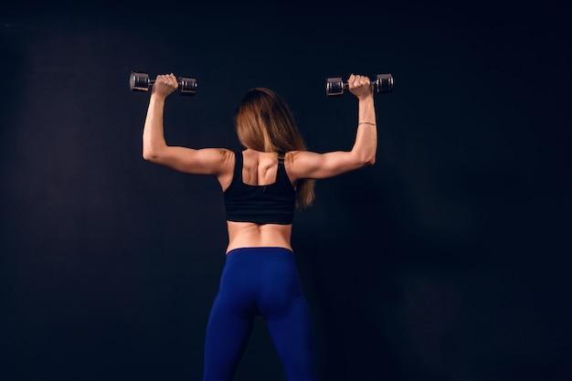 L'athlète soulève les haltères